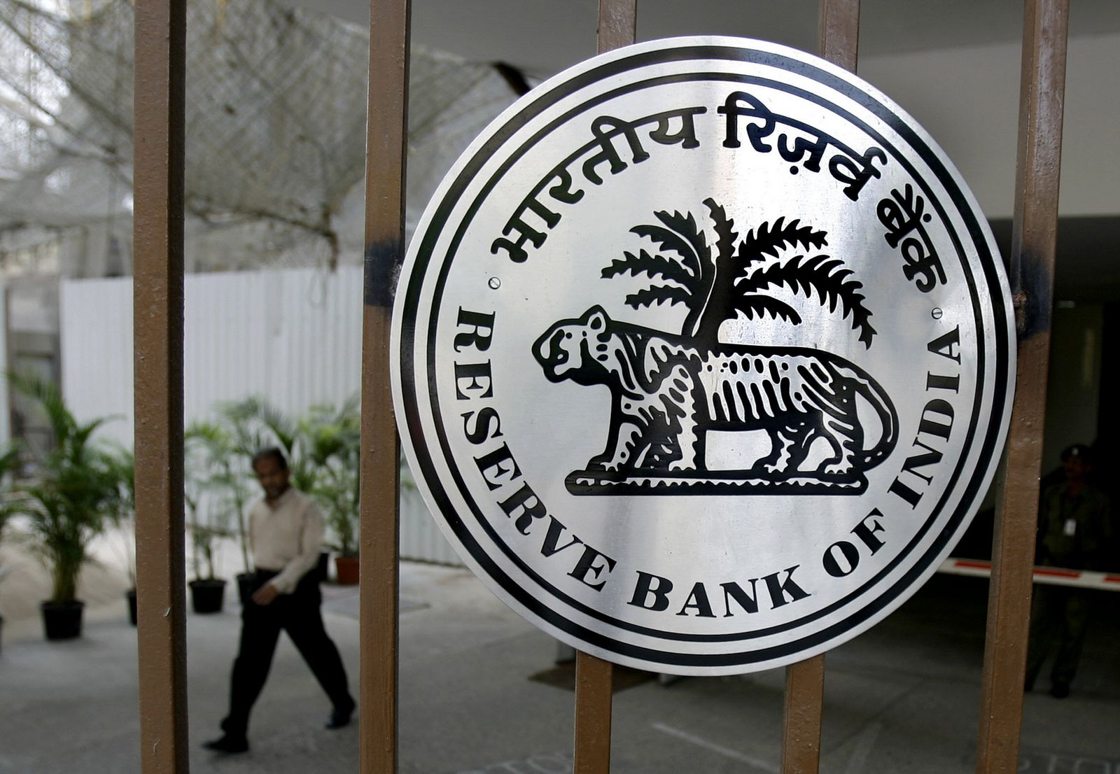 reserve bank of india The governor of the reserve bank of india is the chief executive of india's central bank and the ex-officio chairperson of its central board of directors indian rupee currency notes, issued by the reserve bank of india (rbi), bear the governor's signature.